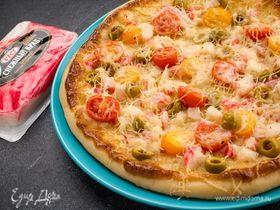 Пицца с крабовым мясом, томатами и маслинами
