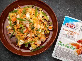 Пикантный салат с крабовыми палочками