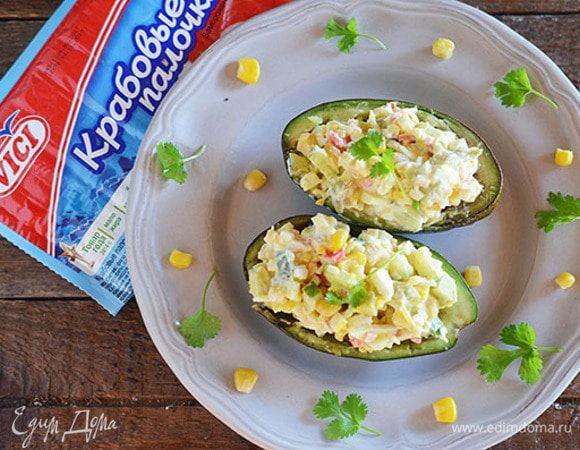 Крабовый салат в половинках авокадо