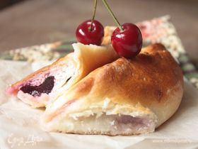 Пирожки-лепестки с вишней и творогом