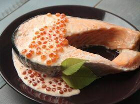 Лосось под икорно-сливочным соусом