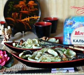 Рисовая лапша с кальмарами и шиитаке, приготовленная в воке
