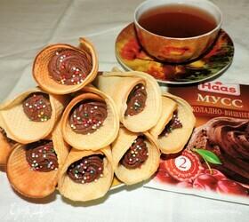 Вафельные трубочки с шоколадно-вишневым муссом
