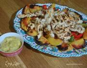 Куриные грудки с персиками и фисташковым майонезом