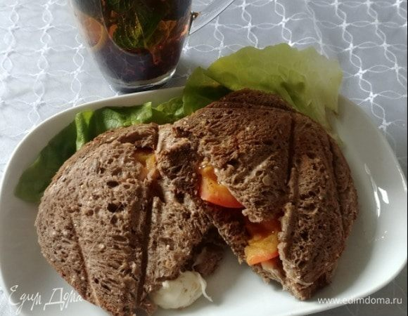 Бутерброды с помидорами и моцареллой