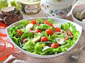Витаминный салат с тунцом и пикантной заправкой