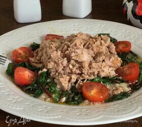 Салат с тунцом и карамелизированным мангольдом