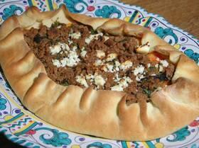 Открытый пирог с пряной говядиной по-турецки