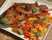 Баранья нога, запеченная с овощами в белом вине