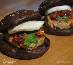 Бургеры с вялеными помидорами на черных булочках