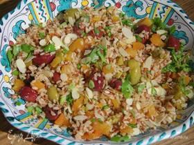 Рисовый салат с оливками, курагой и миндалем