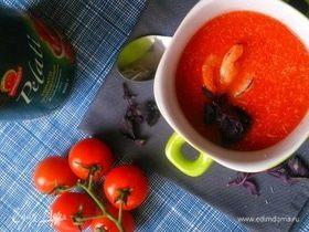 Томатный суп-пюре с креветками и базиликом