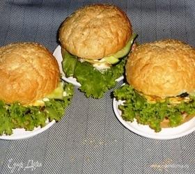 Бургер с курицей, омлетом и огурцом