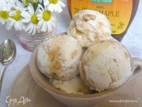 Мороженое с кленовым сиропом и грецкими орехами
