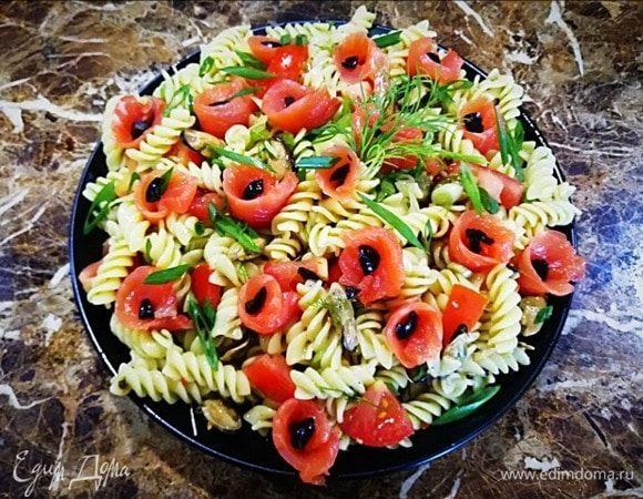 Салат с макаронами, копчеными мидиями и форелью