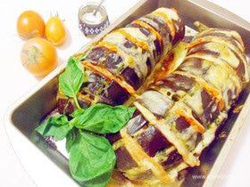 Запеченные баклажаны с томатами, моцареллой и соусом песто