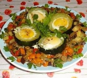 Яйца в кольцах цукини с овощным гарниром