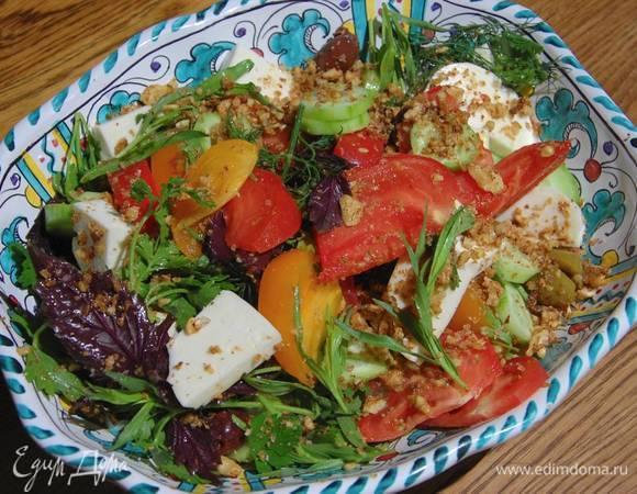 Салат из помидоров с сулугуни, оливками и зеленью
