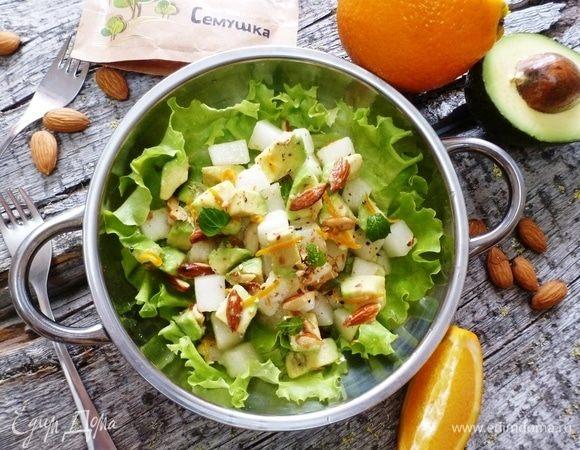 Салат из дыни и авокадо с миндалем