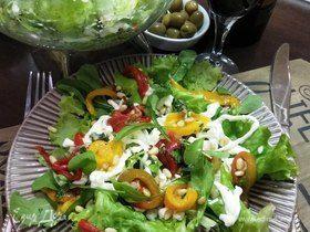Салат с запеченным перцем, страчателлой и кедровыми орешками