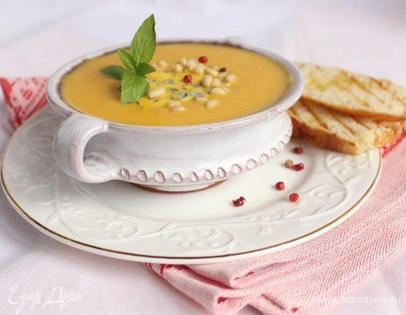 Тыквенный крем-суп с голубым сыром и кедровыми орешками