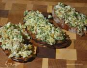 Брускетта с яйцами, шалотом и анчоусами