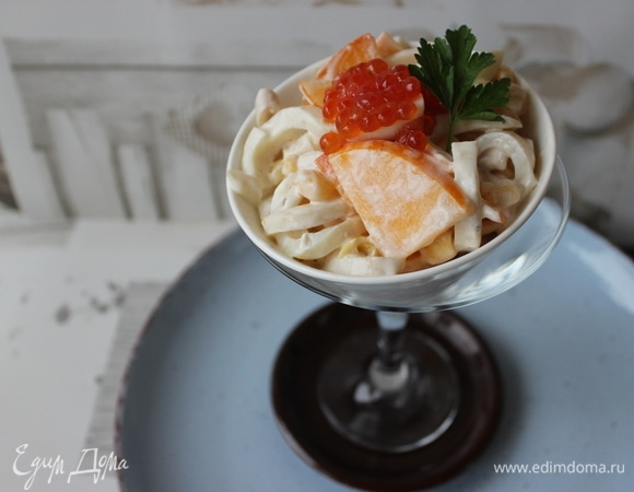 Салат с кальмарами и хурмой
