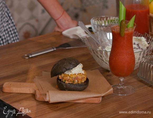 Черные бургеры с семгой и сырным соусом