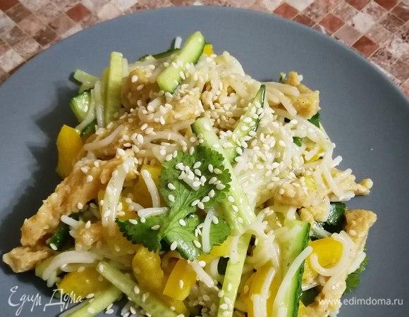 Безглютеновый салат с рисовой вермишелью