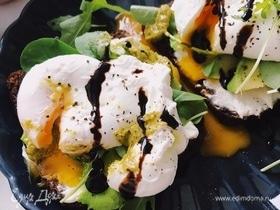 Тост с авокадо, сливочным сыром и яйцом пашот