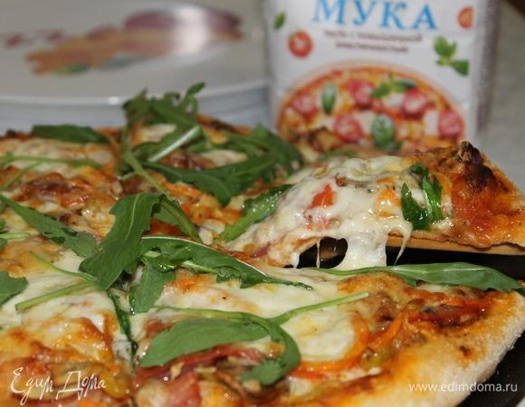 Пицца с ветчиной, овощами и сырной корочкой
