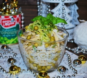 Салат из кальмара, зеленого горошка и пасты