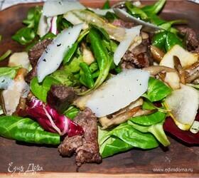 Изысканный салат с куриной печенью и грушей