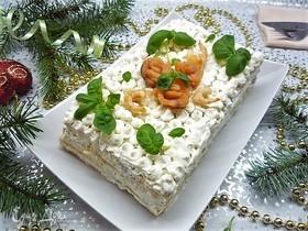 Слоеный торт с красной рыбой, авокадо и креветками
