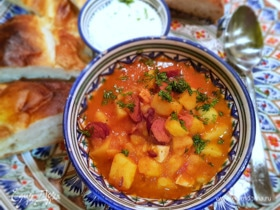 Картошка с фасолью и копчеными колбасками