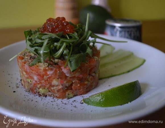 Тартар из лосося и авокадо с красной икрой