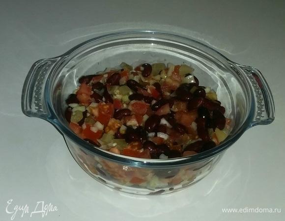 Салат из красной фасоли со смесью помидоров и лука