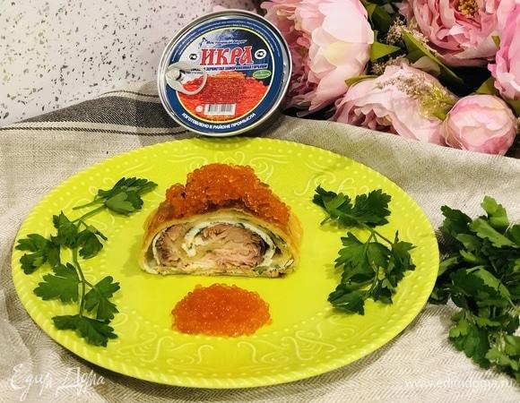 Пирог с омлетом, красной рыбой и икрой