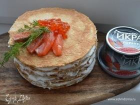 Блинный торт из овсянки с соусом дзадзики, лососем и икрой