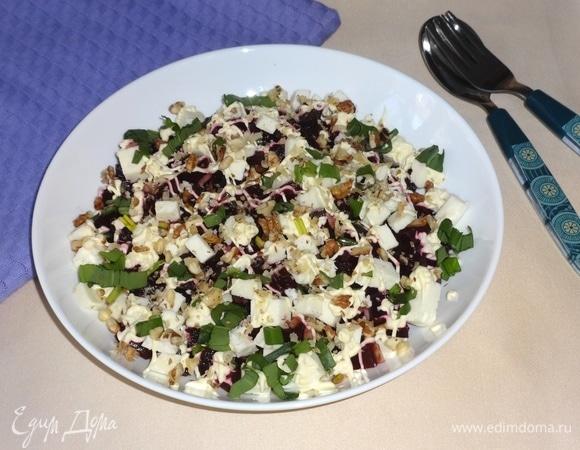 Салат из свеклы с брынзой, черемшой и орехами