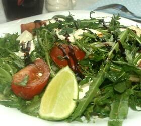 Салат с руколой и жареным адыгейским сыром