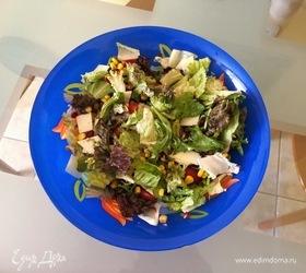 Салат с козьим сыром, гранатом, кукурузой и помидорами