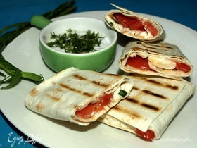 Лаваш с адыгейским сыром, тархуном и помидорами