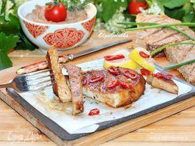 Стейк из свинины на гриле и закуска из фасоли