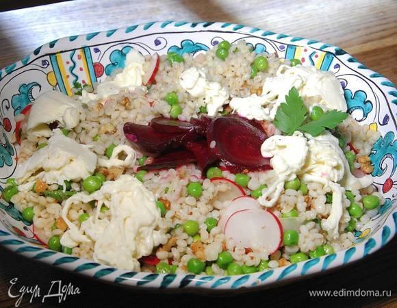 Салат из перловки со свеклой, редиской и сыром буррата