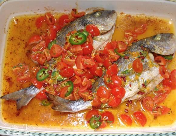 Дорада с чесночным маслом под соусом из помидоров и барбариса