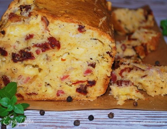 Закусочный кекс с беконом, вялеными томатами и сыром
