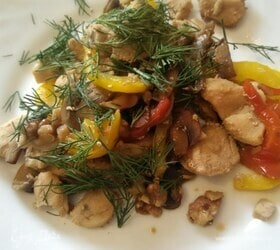 Куриное филе с орехами и шампиньонами