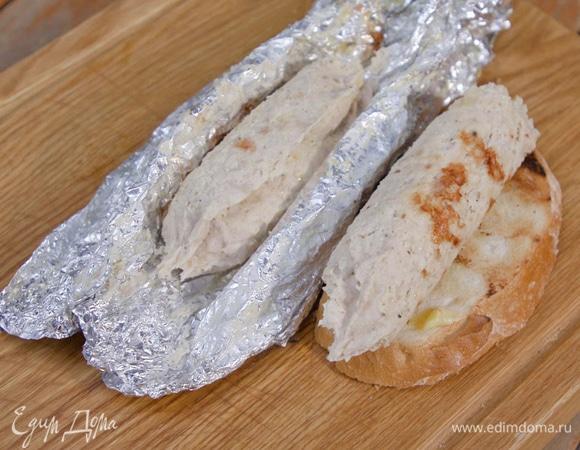 Куриные колбаски с пряным маслом и гренками