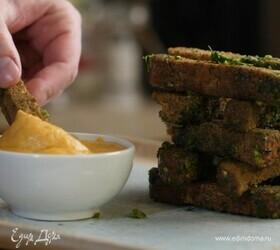 Чесночные гренки со сливочно-сырным соусом